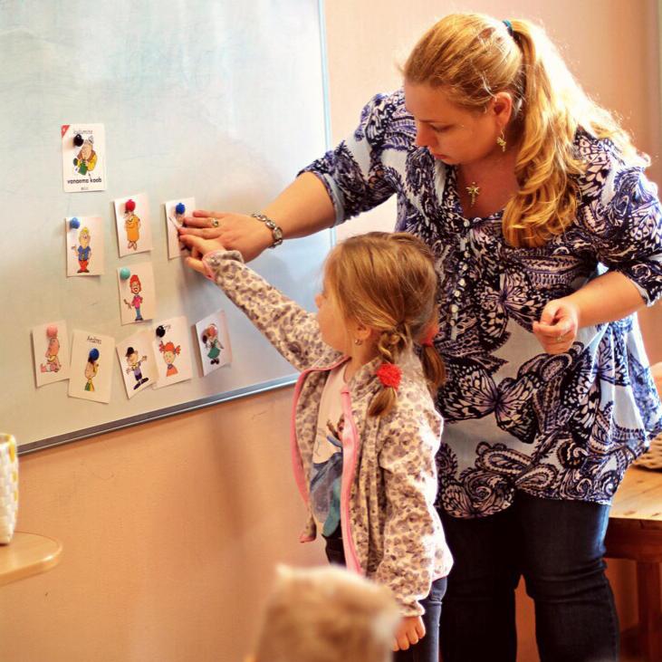 9784e2609f8 See õppekursus on mõeldud 3-6-aastastele lastele. Tunnis kasutatakse mängu  meetodit, lapsed laulavad, tantsivad, osalevad lavatükkides, joonistavad ja  ...